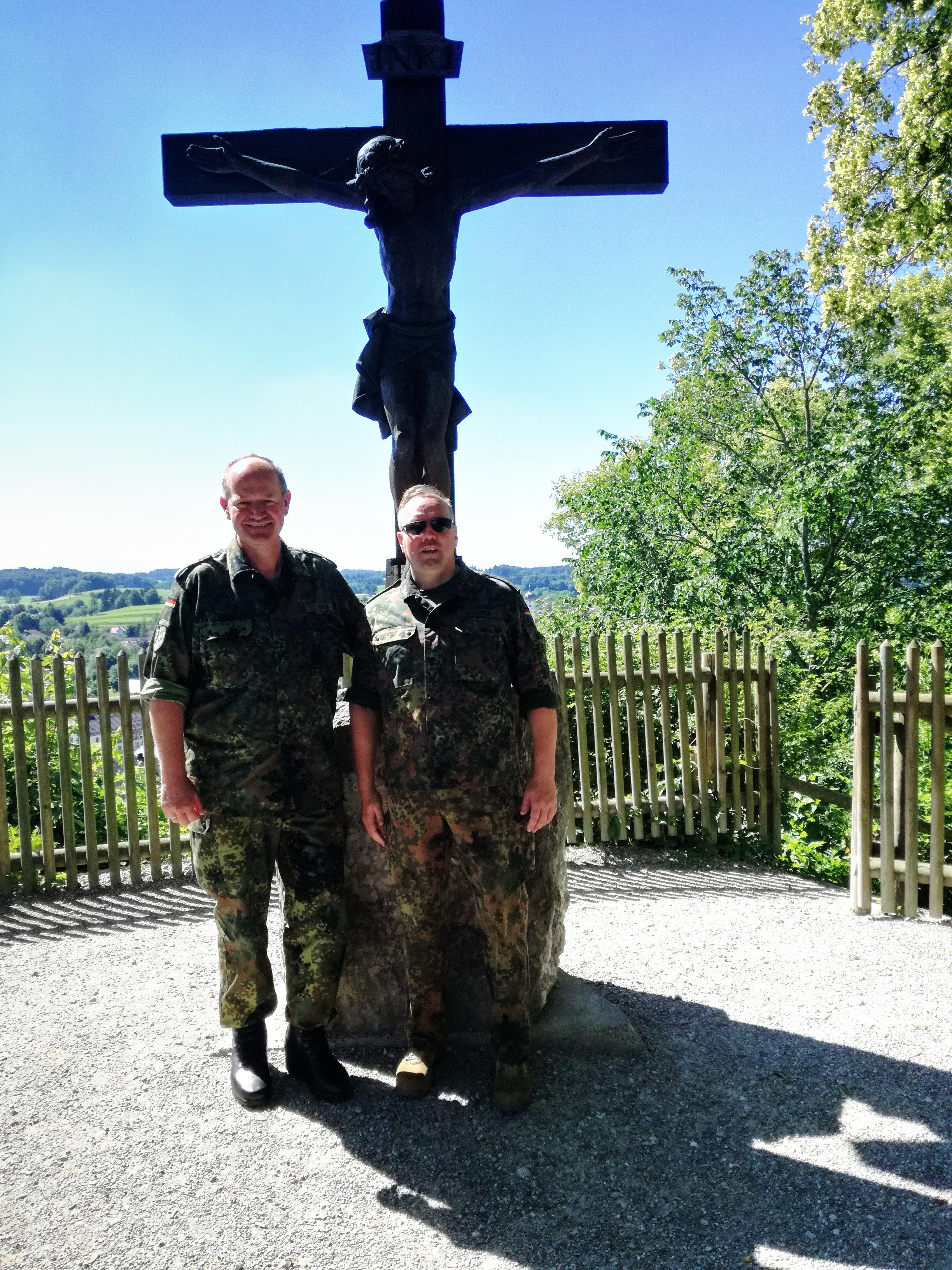 Der Vorsitzende des Katholikenrates beim deutschen Militärbischof OTL Gereon Gräf und der Leitende Militärdekan Arthur Wagner auf dem heiligen Berg