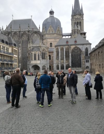 Auf dem Katschhof zwischen Rathaus und Dom gab es viel über das Pilgerdasein früher und heute zu erzählen. (Foto: OTL Martin Karl)