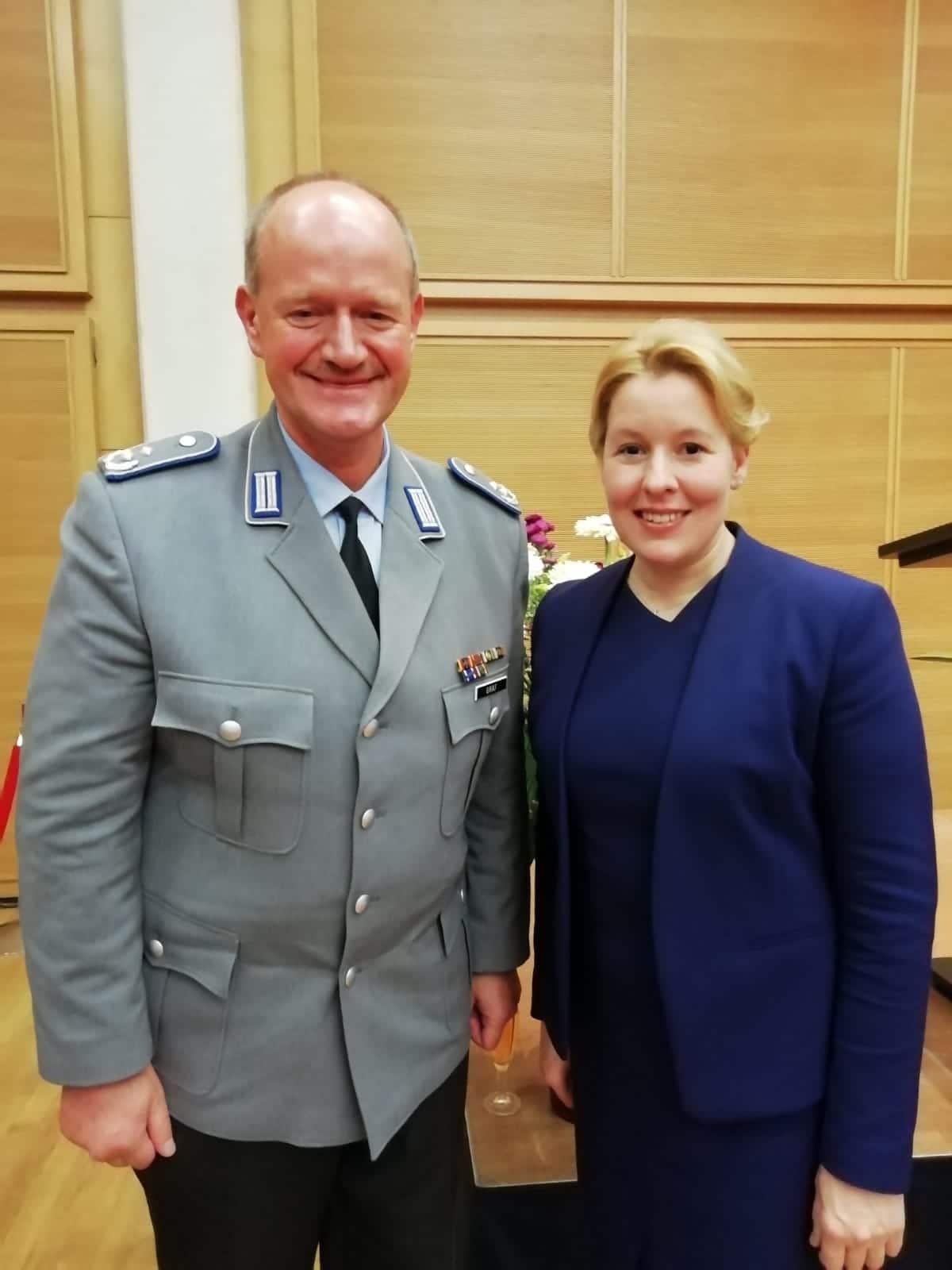 OTL Gräf mit der Bundesfamilienministerin