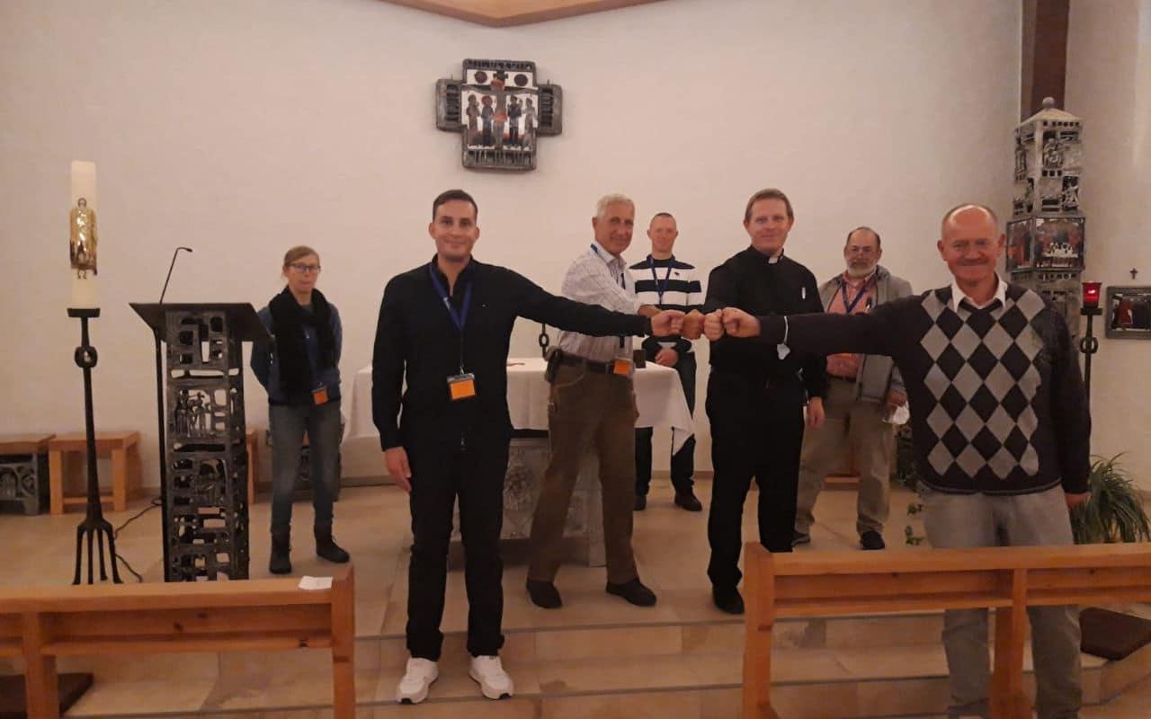 Bild 3: OTL Gräf und der stv. LMD Süd Dekan Prosche gratulieren dem neu gewählten Bereichsvorsitzenden Süd Lt Rost.